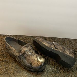 Easy Street embodied Snake print clogs